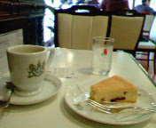 イノダコーヒーの「アラビアの真珠」とチーズケーキ