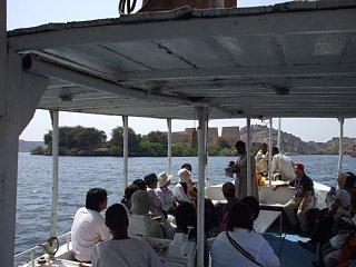ボートでイシス神殿へ