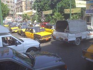 交差点。黄黒はタクシー。カイロは白黒