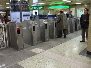 地下鉄のバー回転式の改札機