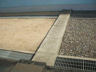 韓国と北朝鮮の軍事分界線上に置かれた縁石