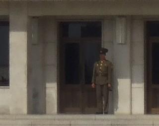 板門閣前に立つ北朝鮮人民軍兵士