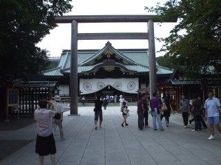 靖国神社、拝殿と中門鳥居