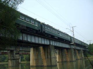 鉄橋を行く北朝鮮の鉄道