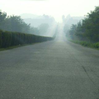 平壌開城高速道路。後続もすれ違うクルマもない