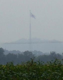 北側DMZから見る自由の村韓国旗