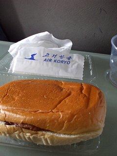 高麗航空機内で出た機内食。チキンサンド