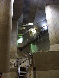 首都圏外郭放水路。調圧水槽の階段