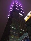 頭頂部に雲が被る台北101(夜景)
