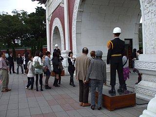 忠烈祠の正門前