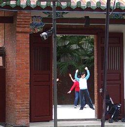 孔子廟境内で太極拳をする人々