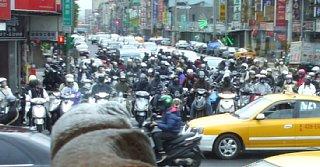 台北、朝の大通り。凄い数の原付バイク
