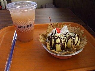 ブルーシールカフェのサンデー(美らイモ)とグァバジュース