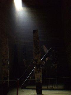 採石場跡にて。天井の隙間から光が差し込み、幻想的