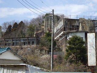 工場跡の廃墟と大谷の岩山