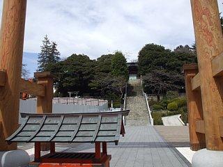 鳥居から二荒山神社、石段を眺める