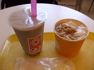 台湾スイーツ99のタロイモパールミルクティーと豆花ソフトピーナッツのせ