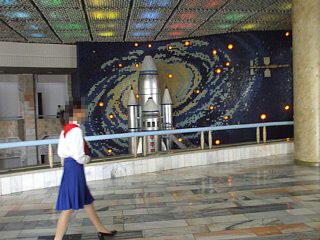 万景台少年宮殿、吹き抜けホールにある宇宙船「少女号」の巨大模型
