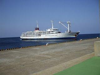 三池港に着岸するべく旋回する客船かめりあ丸