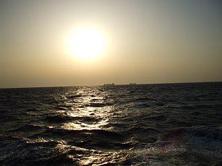 船上から眺める夕陽