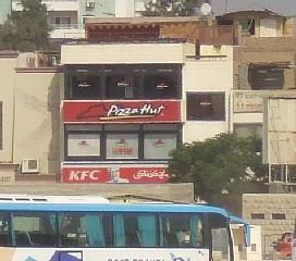 スフィンクスの視線の先は、KFCとピザ・ハット