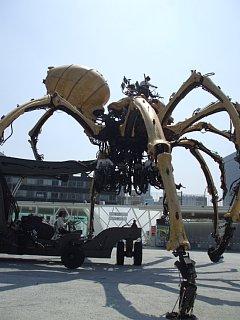 ラ・マシンの巨大クモパフォーマンス