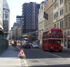旧式の2階建てバス、ルートマスター