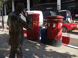 街角で見かけた携帯電話をかける人の銅像
