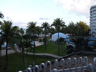 バルコニーから眺めたプールと海。サイパングランドホテル