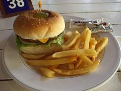 マニャガハ島レストランのチーズバーガー