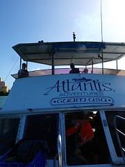アトランティスのマークの入った大型ボート