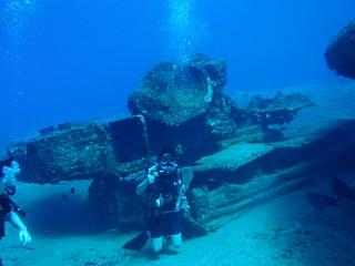 戦車の残骸の前で記念写真