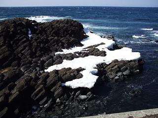 オシンコシンの滝付近のオホーツク海岸に見られる玄武岩柱状節理