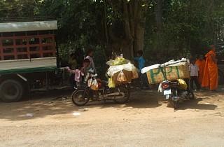道端でパンなどを売る人々