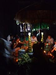 バイヨンで祈りを捧げる人々