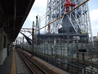 業平橋駅のホームからスカイツリー工事現場