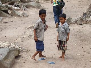 タ・プロームの敷地内で遊んでいた子どもたち