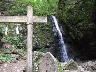 綾広の滝。御岳山岩石園