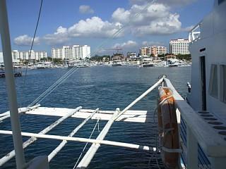 マクタン島リゾートエリアを出航