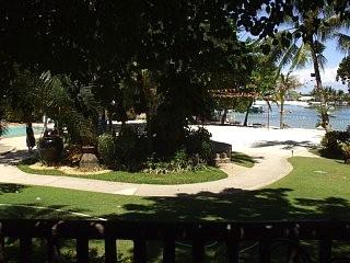 ホテルの部屋から、プライベートビーチの方向を望む。セブ・ホワイト・サンズ