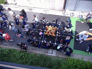 荒川区荒川の商店街を練り歩く神輿